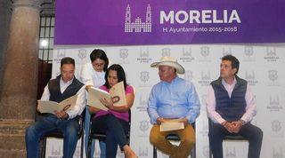 Entrega regidor escrituras a vecinos de Ampliación La Palma