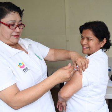 Vacunan al personal del DIF contra influenza