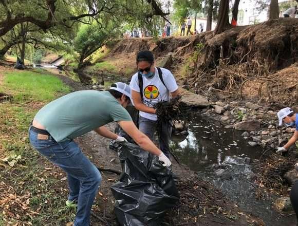 Ciudadanos limpian el Río Chiquito.