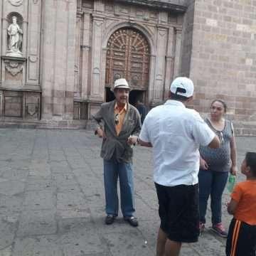 Lucran guías de la catedral con turistas