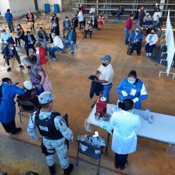 Aplican vacuna a vecinos de comunidades de Uruapan
