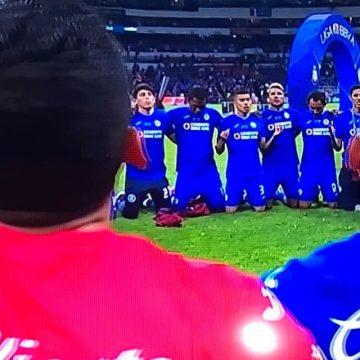 Cruz Azul levanta el título de campeón después de 23 años de sequía