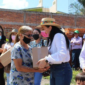 Adriana Hernández entrega apoyos a familias de Numarán y La Piedad